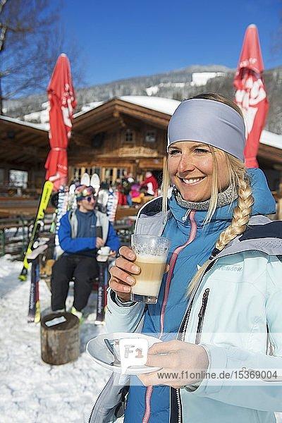 Skifahrer bei der Kaffeepause vor der Sunnseit-Hütte  Skigebiet Hohe Salve  Hopfgarten  Tirol  Österreich  Europa