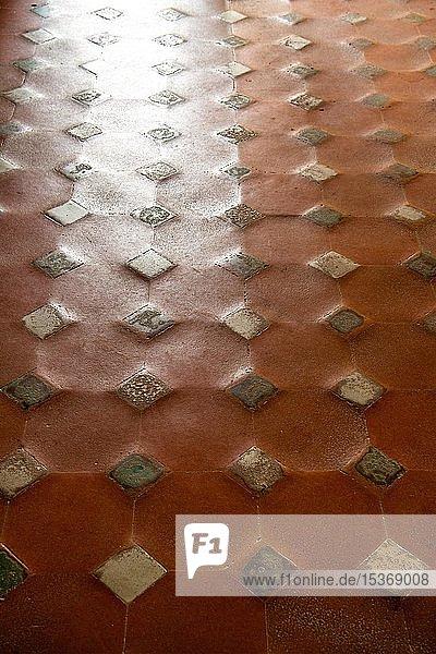 Muster mit Keramikfliesen und braunen Tonfliesen  alter Boden  Palacios Nazaries  Nasridenpaläste  Alhambra  Granada  UNESCO Weltkulturerbe  Andalusien  Spanien  Europa