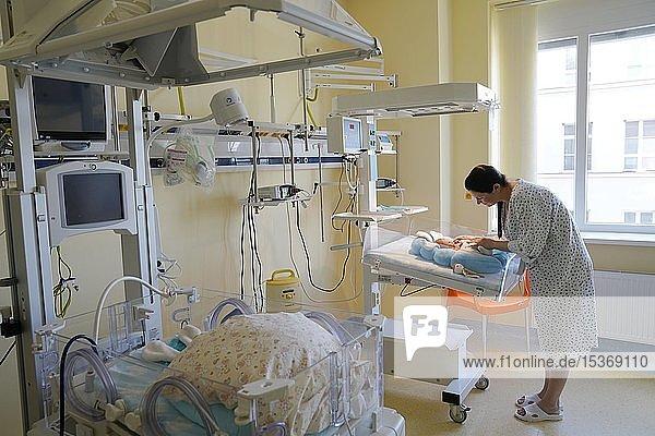 Mutter besucht Neugeborenes auf der Intensivstation  Karlsbad  Tschechien  Europa