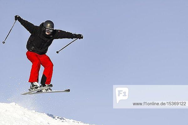 Skifahrer im Sprung  Abfahrt Hohe Salve  SkiWelt Wilder Kaiser Brixenthal  Hochbrixen  Tirol  Österreich  Europa