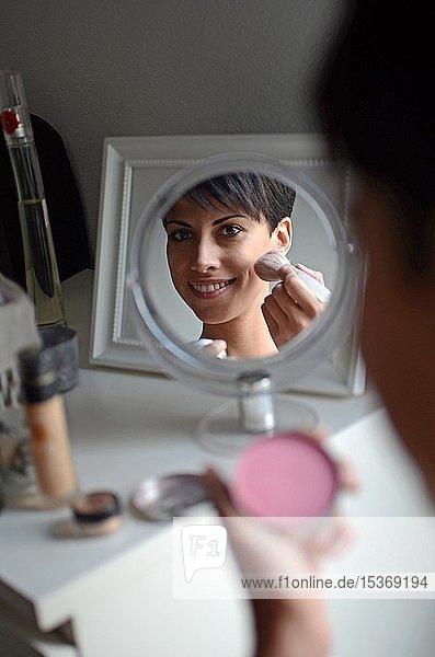 Junge Frau schminkt sich Make-up  Spiegelbild  Spanien  Europa