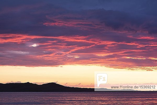 Abendrot über dem Atlantik  Bergsilhouette am Horizont  Isle of Harris  Schottland  Großbritannien  Europa