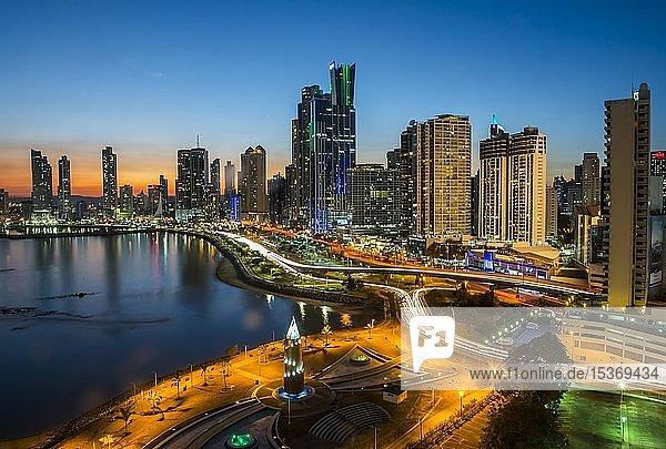Skyline bei Abenddämmerung  Panama City  Panama  Mittelamerika