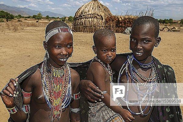 Junge Frauen mit Kind vom Volksstamm der Erbore  mit Halsschmuck  Turmi  Unteres Omo-Tal  Omo-Region  Süd-Äthiopien  Äthiopien  Afrika
