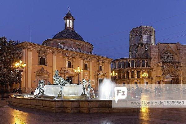 Plaza de la Mare de Déu  auch Plaza de la Virgen mit Turia-Brunnen  Basilika und Kathedrale von Valencia  nachts  illuminiert  Valencia  Spanien  Europa