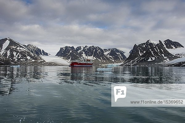 Expeditionsschiff in den Magdalenefjord  Spitzbergen  Arktis  Norwegen  Europa