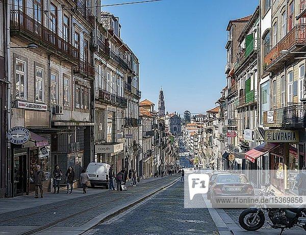 Straße bergab zur Kirche Igreja dos Clérigos  Clérigos-Kirche mit Glockenturm  UNESCO Weltkulturerbe  Altstadt  Porto  Portugal  Europa