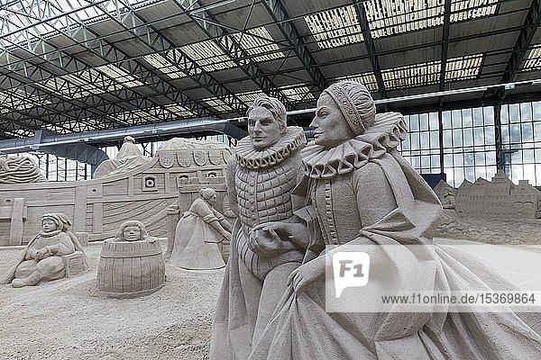 Sandskulptur  Paar in historischer Kleidung mit spanischem Kragen  Sandskulpturen-Ausstellung Travemünde in einer Industriehalle  Lübeck-Travemünde  Schleswig-Holstein  Deutschland  Europa