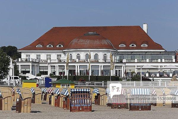 Strand mit Atlantic Grand Hotel Travemünde  ehemaliges Casino Travemünde  Lübeck-Travemünde  Lübecker Bucht  Ostsee  Schleswig-Holstein  Deutschland  Europa