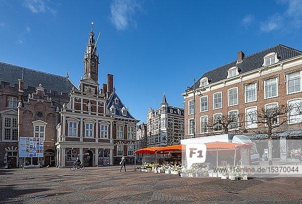 Rathaus  Blumenstand am Grote Markt  Marktplatz in Haarlem  Provinz Nordholland  Holland  Niederlande  Europa