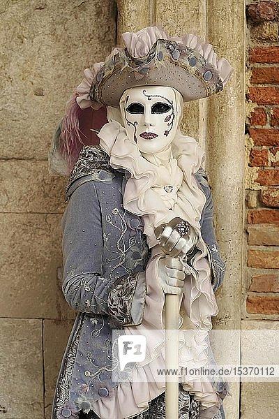 Kostümierter Mann mit traditioneller venezianischer Maske  Karneval in Venedig  Venetien  Italien  Europa