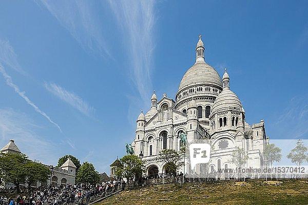Menschenmenge vor Kathedrale Sacré-C?ur de Montmartre  Montmartre  Paris  Region Île-de-France  Frankreich  Europa