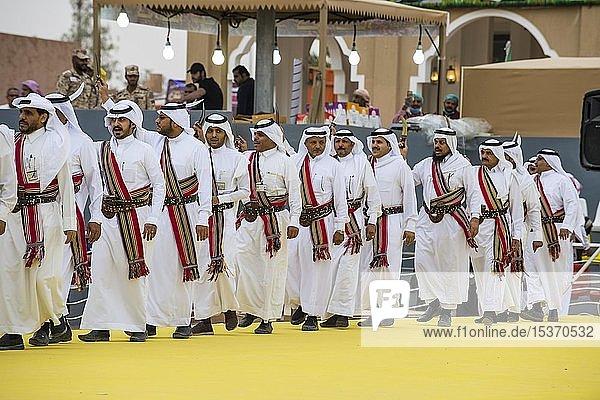 Traditionell gekleidete einheimische Männer tanzen beim Al Janadriyah Festival  Riad  Saudi-Arabien  Asien