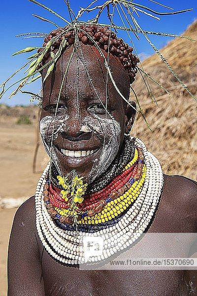 Frau vom Volksstamm der Karo mit Gesichtsbemalung  Halsschmuck und Kopfschmuck  Karo-Dorf Duss  Unteres Omo-Tal  Omo-Region  Süd-Äthiopien  Äthiopien  Afrika