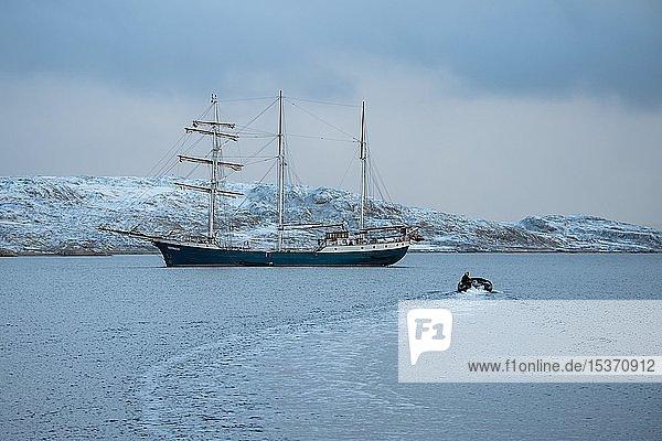 Barkentine Antigua und Schlauchboot  Murchisonfjord  Nordaustland  Spitzbergen Inselgruppe  Svalbard und Jan Mayen  Norwegen  Europa