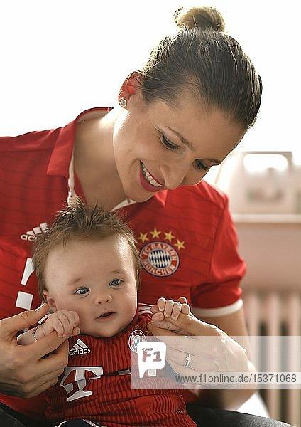 Mutter mit Baby  3 Monate  im Trikot des FC Bayern München  Baden-Württemberg  Deutschland  Europa