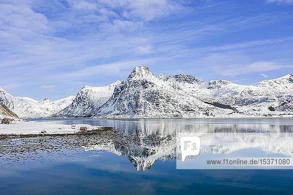 Berge bei Kilan spiegeln sich in Fjord  Haus am Fjord  Flakstadøya  Lofoten  Norwegen  Europa