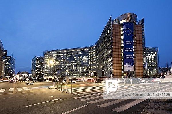 Berlaymont Gebäude  Europäische Kommission  Abenddämmerung  Europaviertel  Brüssel  Belgien  Europa