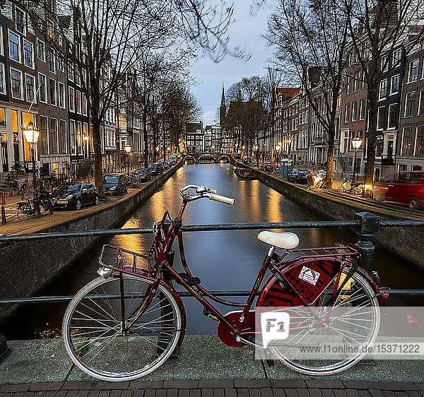Abendstimmung  Fahrrad auf einer Brücke  Leidsegracht  Gracht mit historischen Häusern  Amsterdam  Nordholland