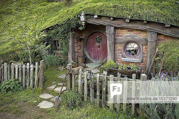 Hobbithöhle mit roter Tür  Hobbingen im Auenland  Drehort für Herr der Ringe und Der Hobbit Matamata  Waikato  Nordinsel  Neuseeland  Ozeanien