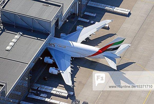 Emirates Airbus A380  in Flugzeughalle  Hamburg  Deutschland  Europa
