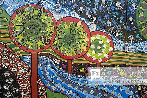 Außenfassade eines Hauses in Kawakawa  inspiriert vom Künstler und Architekten Friedensreich Hundertwasser  Kawakawa  Nordinsel  Neuseeland  Ozeanien