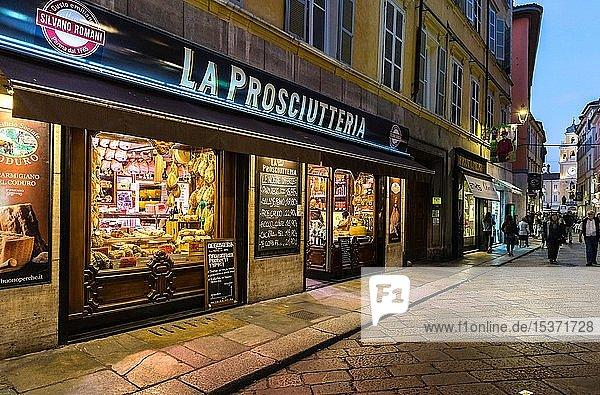 Prosciutteria  Feinkostgeschäft mit typischen Schinken Spezialitäten in der Via Farini  Parma  Emilia-Romagna  Italien  Europa