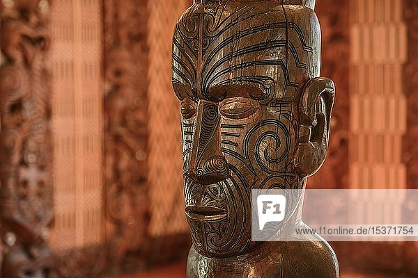 Traditionelle Schnitzerei einer Statue der Maori in der Versammlungshalle Te Whare Runanga  Waitangi  Far North District  Northland  Nordinsel  Neuseeland  Ozeanien