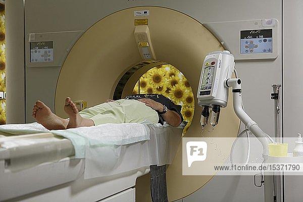 Patient in der Röhre,  CT,  Computertomograph,  Karlsbad,  Tschechien,  Europa