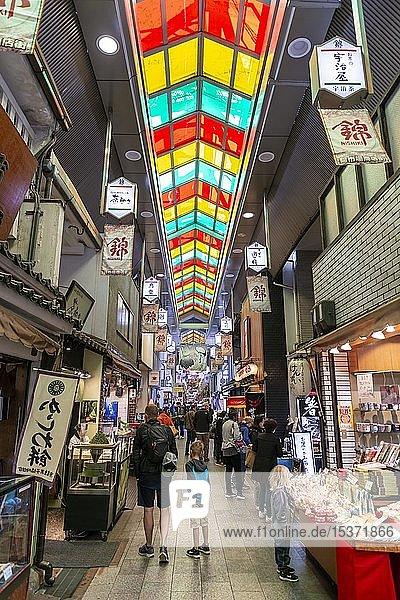 Verkauf von Fisch und Meeresfrüchten auf dem Nishiki Food Market  Kyoto  Japan  Asien