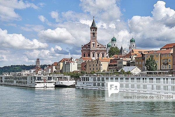 Blick über die Donau auf Schiffsanlegestelle mit Flusskreuzfahrtschiffen  zur Altstadt von Passau  Niederbayern  Bayern  Deutschland  Europa