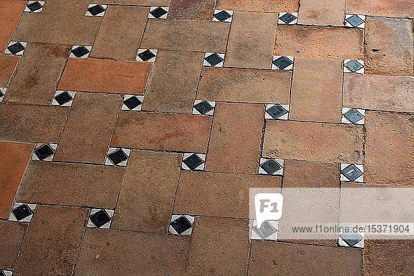 Alter Boden mit Fliesenmuster  braune und schwarze Bodenfliesen  Palacio de Generalife Alhambra  Granada  Andalusien  Spanien  Europa