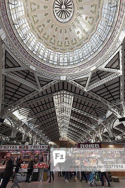 Markthalle mit Menschen beim Einkaufen  Mercat Central  Gebäude im Stil des Valencianischen Modernismus  Valencia  Spanien  Europa