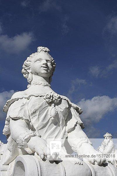 Rokoko-Figur vom Bildhauer Ferdinand Tietz  vor kurfürstlichem Palast  Trier  Rheinland-Pfalz  Deutschland  Europa