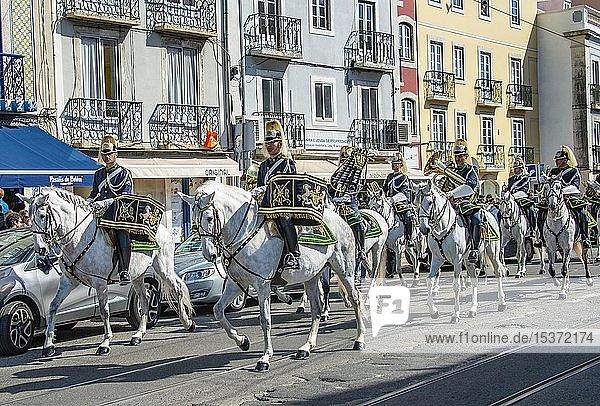 Parade der Nationalgarde  Guarda Nacional Republicana  Reiter auf weißen Pferden  Lissabon  Distrikt Lissabon  Portugal  Europa
