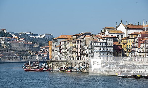 Blick auf Altstadt Ribeira  Cais da Ribeira  Uferpromenade mit bunten Häusern  Rio Douro  Porto  Portugal  Europa