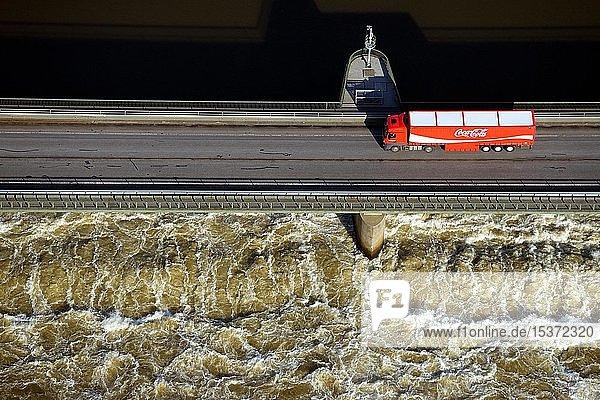 Coca Cola Lastwagen fährt über Elbe Stauwehr bei Geesthacht  Luftaufnahme  Schleswig-Holstein  Niedersachsen  Deutschland  Europa