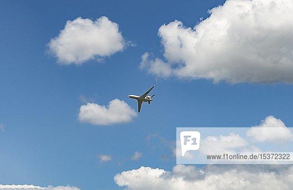 Business Jet im Flug vor blauem Wolkenhimmel  Dassault Aviation  Falcon 8X  International Paris Air Show  Le Bourget  Paris  Frankreich  Europa