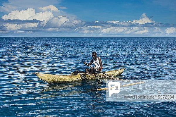 Mann in einem Auslegerboot  Buka  Papua-Neuguinea  Ozeanien