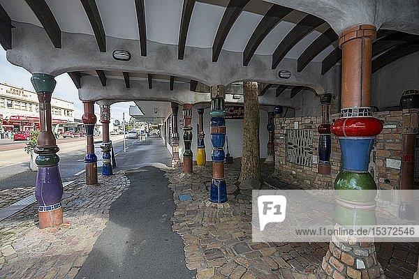 Außenbereich der öffentliche Toilette des Künstlers und Architekten Friedensreich Hundertwasser mit Säulen und Keramikfliesen  Kawakawa  Nordinsel  Neuseeland  Ozeanien