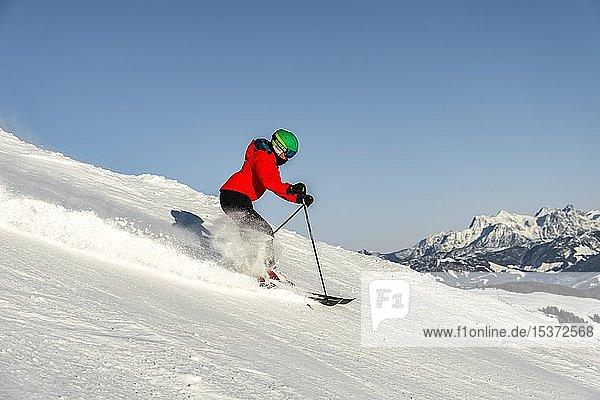 Skifahrerin auf der Skipiste  SkiWelt Wilder Kaiser  Brixen im Thale  Tirol  Österreich  Europa