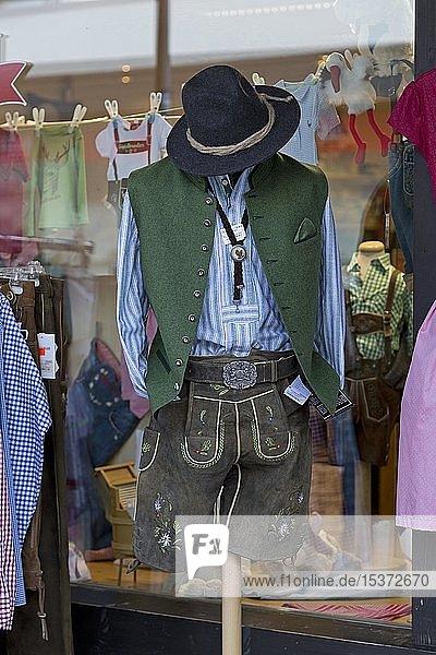 Tracht  Lederhose mit Weste und Trachtenhut im Schaufenster eines Bekleidungsgeschäfts  Oberstdorf  Allgäu  Bayern  Deutschland  Europa