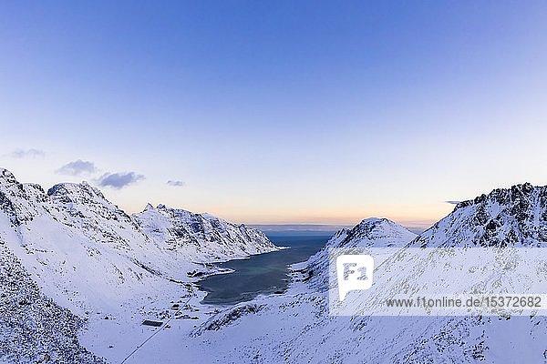 Blick auf Skjelfjord bei Abendstimmung  Flakstadøya  Lofoten  Norwegen  Europa