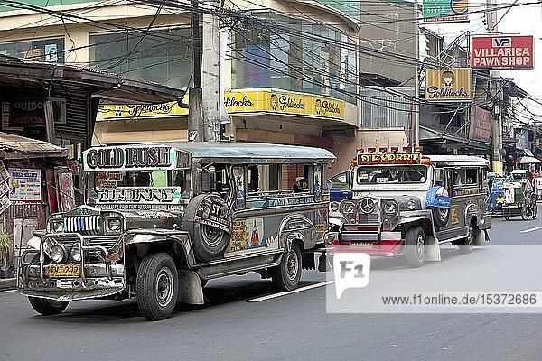 Jeepneys  beliebtes Verkehrsmittel in Manila  Luzon  Philippinen  Asien