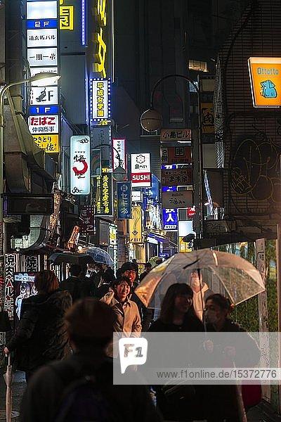 Fußgänger  Gasse mit Leuchtreklame und Werbeschildern in der Nacht  Udagawacho  Shibuya  Tokio  Japan  Asien
