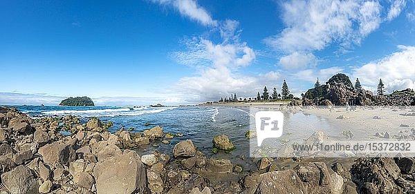 Sandstrand von Mount Manganui mit Insel Motiti Island  Tauranga  Bay of Plenty  Nordinsel  Neuseeland  Ozeanien