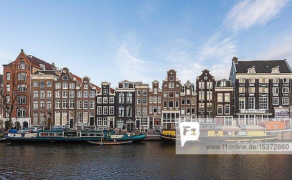 Kanal mit Booten  historische Häuserzeile an der Singel Gracht  Amsterdam  Nordholland  Niederlande  Europa