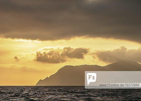 Küste von Cinque Terre bei Sonnenuntergang  Ligurien  Italien  Europa