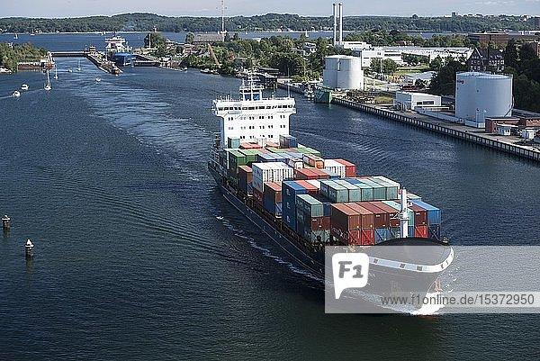 Schiffsverkehr mit Containerschiffen an der Schleuse Holtenau  Nord-Ostsee-Kanal  Kiel  Schleswig-Holstein  Deutschland  Europa