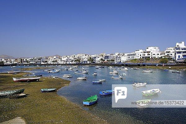 Fischerboote bei Ebbe  Lagune Charco de San Gines  Arrecife  Lanzarote  Kanarische Inseln  Spanien  Europa